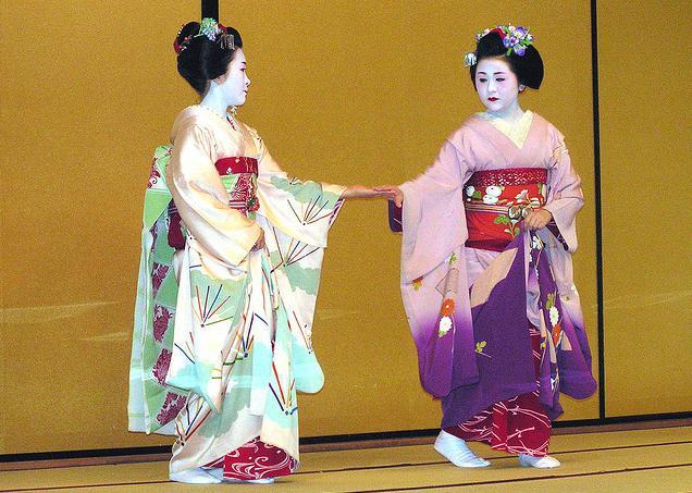 maiko-koyou-dancing-with-maiko-wakana.jpg